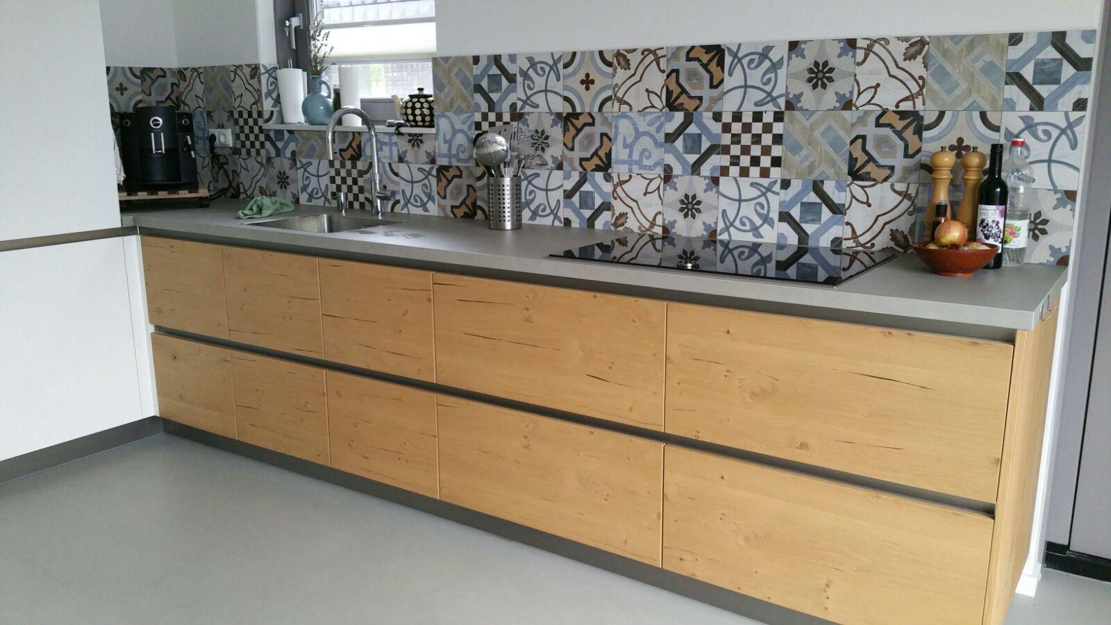 Portugese patchwork tegels keuken met strakke gietvloer betonlook